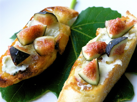 Fig &#038; Gorgonzola Crostini with Honey Drizzle